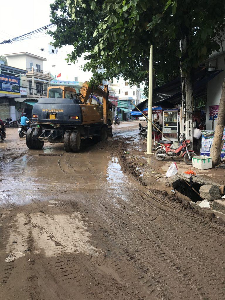 Nah Trang, , strade distrutte dall'alluvione
