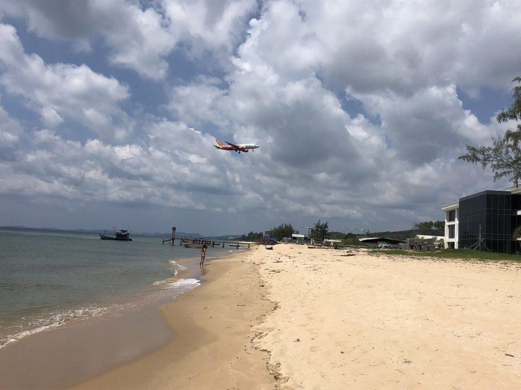 Aereo che passa sopra la spiaggia di Ba Keo, Phu Quoc, Vietnam, Ba keo beach, Phu Quoc